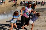 美国向移民发射催泪弹 特朗普:移民很粗暴 我们不得已