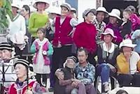 丽江男子抱8旬瘫痪母亲看2小时演出:抱着她会舒服些