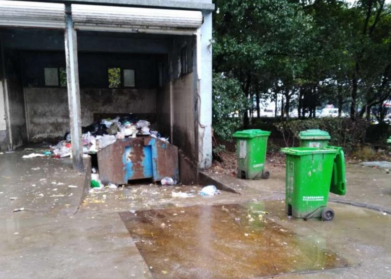 新天地楼下垃圾站污水成河