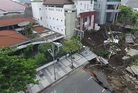印尼泗水市一道路发生塌陷