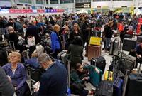 无人机作乱致英国机场关闭数万旅客滞留 军方已介入
