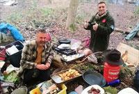 别样风味!英野外生存专家在户外烹饪圣诞晚餐