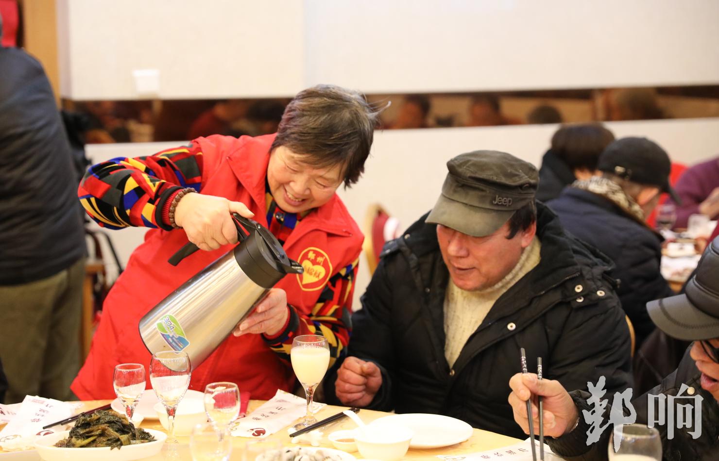 组织老人们吃年夜饭