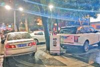 地铁泽民站至世纪大道近400辆车违停 中山路人行道谁来管?