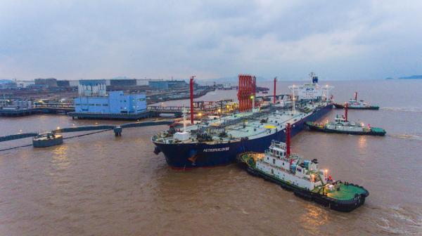 图为外钓油品30万吨级码头泊位迎来首靠。叶思佳摄.JPG