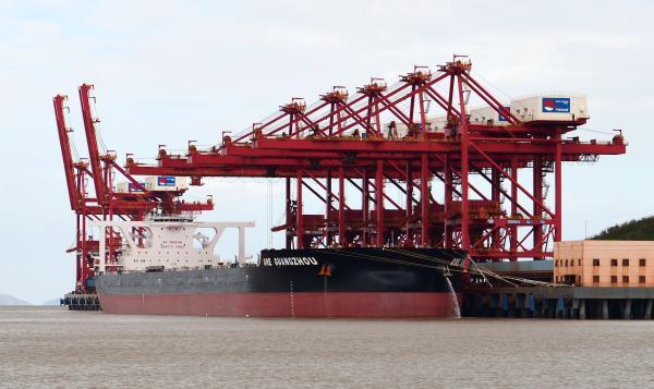 """图为鼠浪湖矿石码头正在接卸40万吨矿船""""矿石广州""""轮。蔡国栋摄.JPG"""