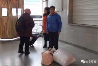 儿子杭州买房 老人从山东扛60斤面粉探亲