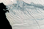 南极冰川出现巨型洞穴 科学家担心融冰加快
