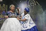 为巴西狂欢节缝制服装的老妇人