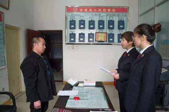 2019年3月3日,河北省涞源县检察院决定对王新元、赵印芝不起诉。图为检察官向王新元宣读不起诉决定书。程丁摄