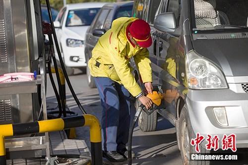 资料图:山西太原,车辆正在加油站加油。<a target='_blank'  data-cke-saved-href='http://www.chinanews.com/' href='http://www.chinanews.com/'>中新社</a>记者 张云 摄