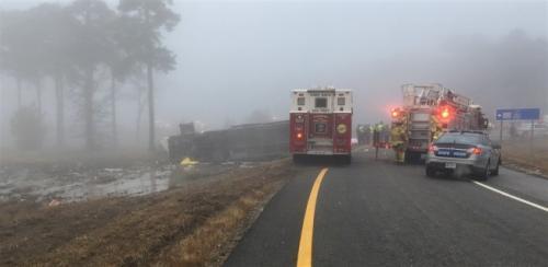 从佛州前往纽约的包车旅行大巴在维州首府往南30英里处发生重大车祸,至少2人死亡,数十人受伤。(图片来源:美国《世界日报》,维州州警办公室供图)