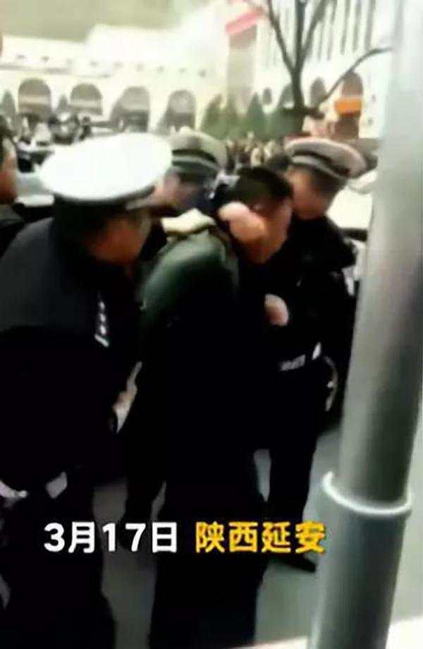 陕西一县交警大队长酒后驾车被当街带走 已被免职
