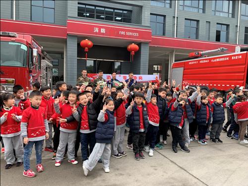 江北洪塘中心幼儿园孩子们与消防员叔叔合影.(张璐 摄)