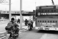 宁波这辆515路公交车停在空地上已有近一个月的时间