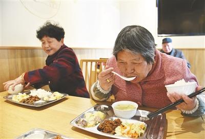 邱隘百余老人吃上配送餐