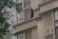 硬核太婆!80多岁老人徒手从15楼翻窗爬到5楼