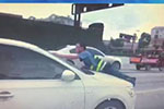 黑车拒查 将执法人员顶上引擎盖疯狂逃跑近100米
