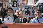 普京举父亲照片参加胜利日纪念活动:他配得上这份荣耀