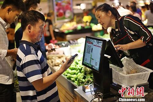 资料图:民众购物。 <a target='_blank'  data-cke-saved-href='http://www.chinanews.com/' href='http://www.chinanews.com/'>中新社</a>记者 泱波 摄