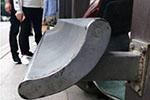 """公交站45度候车椅遭吐槽:这个""""滑滑椅""""真是让坐的吗"""