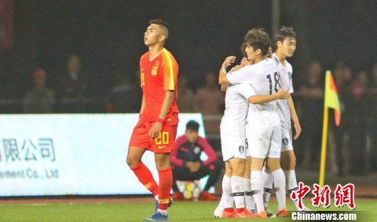 中国U18国家队和韩国U18国家队比赛现场。 涂新 摄