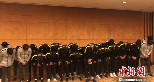 """韩国队全体向脚踩""""熊猫杯""""冠军奖杯道歉。 钟欣 摄"""