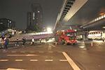 载货超高撞塌杭州天桥致损失百万 牵引车司机被批捕