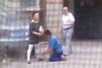 少一个芒果 快递员被恶意投诉下跪道歉!民警都看不下去了