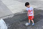 长沙7岁男孩在一商场外广场喷泉戏水时疑遭电击 经抢救脱险