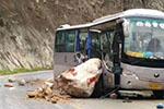 四川雷波开往西昌一客车被大石砸中 已致3死14受伤