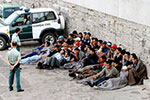 美边境在押非法移民遭非人待遇 甚至被迫喝马桶水