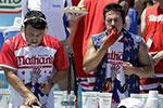 纽约举行一年一度吃热狗大赛