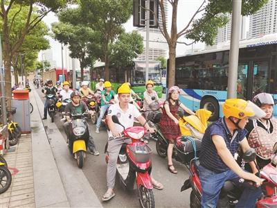 浙江宁波非机动车管理条例实施满一周 戴安全头盔的明显多了
