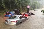 美国多地发生大暴雨:司机困在车顶 白宫地下室被淹