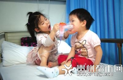 """3岁妹妹肿瘤晚期 5岁姐姐从老家辍学到医院当临时""""妈妈"""""""