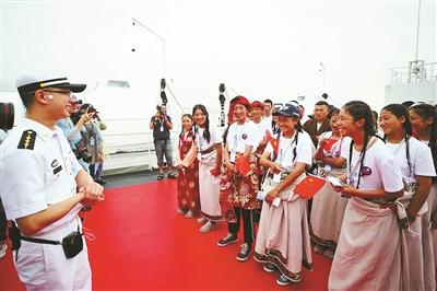 """海軍艦船開放日 寧波市民首次登艦參觀海軍""""大白"""