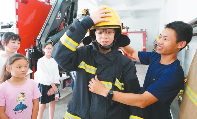 """""""小候鸟""""学习消防知识"""