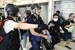 咬断港警手指的暴徒系香港大学毕业生 暂被控4项罪名