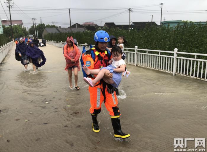 风雨同行 (央广网发 宁波市委宣传部供图)