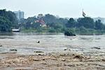 暴雨导致印度亚穆纳河水位上涨