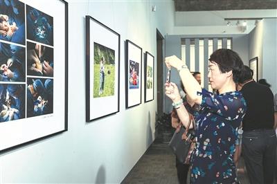鄞州慈善20周年摄影展开展