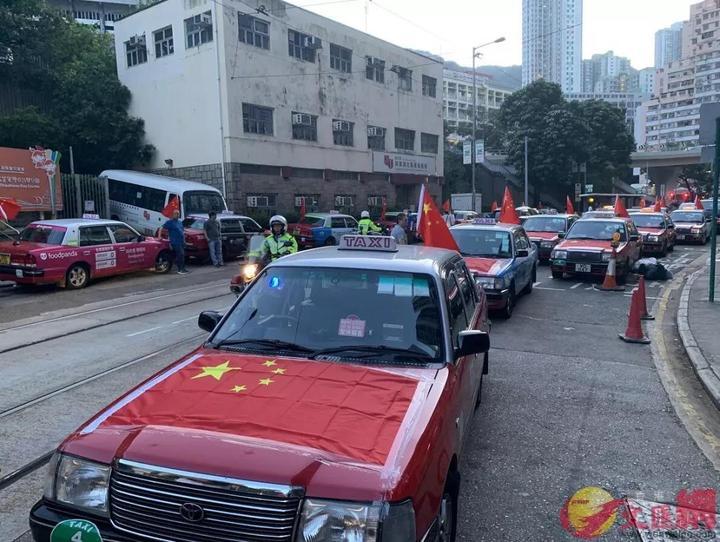 """香港示威者搞""""人链"""" 忽然一面面国旗从身边掠过……"""