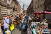 法国里尔跳蚤市场热闹开市