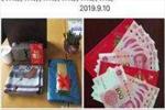 小学老师教师节晒现金奢侈品 教育局:非收受礼金