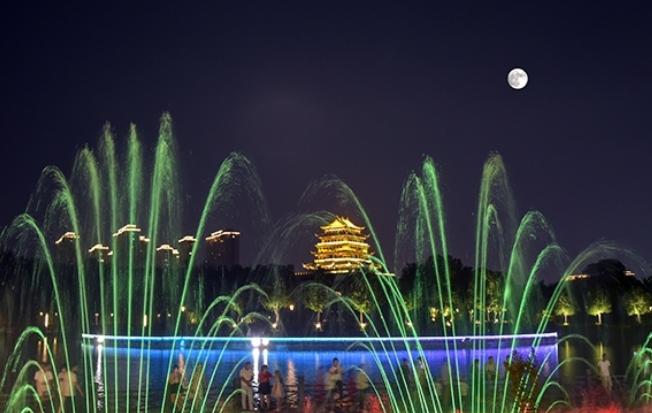 十五月亮映山河