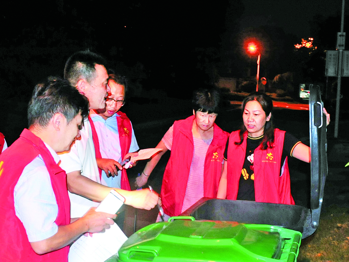 横溪丰乐社区党员周二夜巡小区垃圾桶