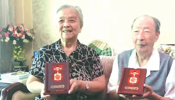 一对鄞州伉俪喜获庆祝共和国成立70周年纪念章