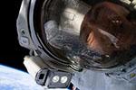 执行任务不忘自拍!NASA公布宇航员与地球合影