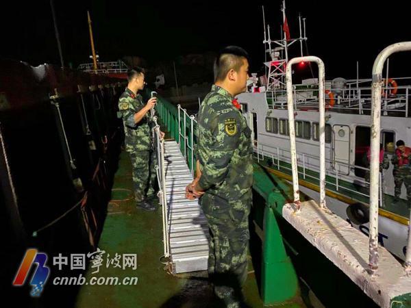 深夜出击!一艘满载鸡爪及零件的海上走私船落网